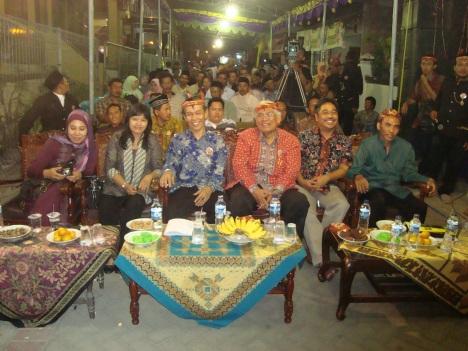 Bersama tokoh dan masyarakat Lidah Wetan Kota Surabaya pada acara Gelar Doa dan Angkat Budaya Sawunggaling, 12 September 2012