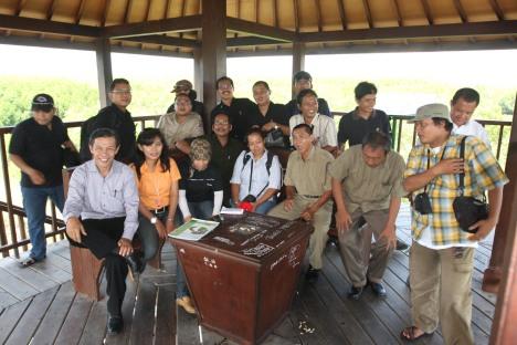 Tim wartawan Surabaya saat berada di menara pemantau hutan mangrove di Bali