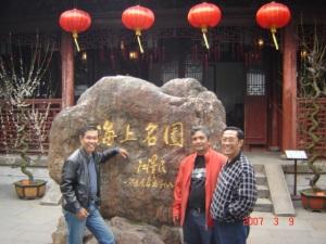 Yousri, Ferry dan Hadiaman di depan museum kota lama Shanghai