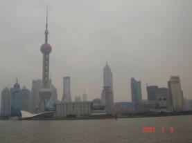 Menara televisi, menjulang tinggi di antara gedung-gedung bertingkat di Shanghai