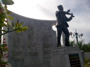 Patung WR Soepratman sedang menggesek biola di TMP Khusus Rangkah, Jalan Kenjeran Surabaya