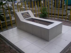 Makam Pahlawan Nasional BUNG TOMO tidak berada di TMP, tetapi bergabung dengan pusara rakyat Surabaya di TPU Ngagel Surabaya