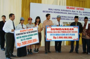 Walikota Surabaya Bambang DH menyerahkan bantuan untuk gempa