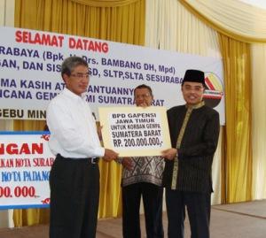 Gapensi Jatim memberi bantuan untuk korban gempa Sumbar Rp 200 juta, yang diserahkan oleh Ketua Gapensi Jatim Ir.HM Amin yang diterima oleh Ketua Umum Gebu Minang jatim, Ir.Firdaus HB.
