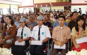 Perwakilan Siswa SD, SMP, SMA dan SMK se Kota Surabaya yang memberikan bantuan Rp 1,6 miliar untuk korban gempa di Kota Padang