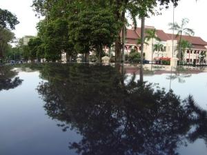 Air bak tergenang mengelilingi Balaikota Surabaya
