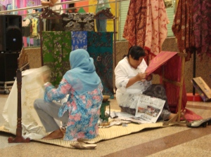 Batik di Surabaya, Indonesia membatik dengan menggunakan canting