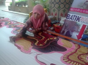 Batik Malaysia di Putrajaya ditulis tanpa canting