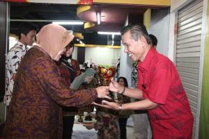 Walikota Surabaya Ir.Tri Rismaharini menyerahkan piala kepada Juara I Lomaba Karya Tulis Semarak Budaya Global, kepada HM Yousri Nur Raja Agam