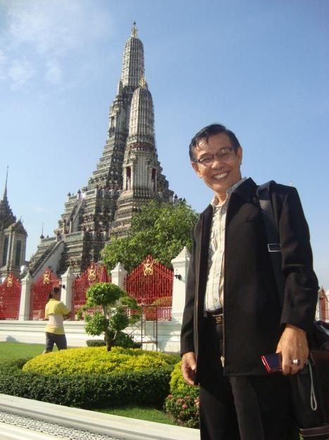 Yousri Nur Raja Agam di depan kuil Budha