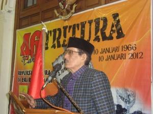 HM Basofi Soedirman, mantan Gubernur Jatim yang menjadi saksi hidup sebagai anggota pasukan RPKAD waktu terjadi peristiwa di tahun 1965-1966 memberikan ceramah pada acara 46 tahun Tritura di Balai Pemuda Surabaya, 9 Januari 2012