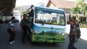 Kendaraan untuk meninjau keliling di dalam kawasan perkebunan buah-buahan Suphattra