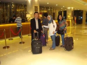 Bersama Bu Nanis dan Bu Dayu saat memasuki Hotel Dinasty di Beijing
