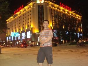 Santai di depan Hotel Dynasty Beijing