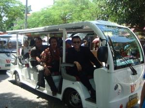 Angkutan ini menggunakan accu tanpa motor membawa turis di Pulau Gulangyu