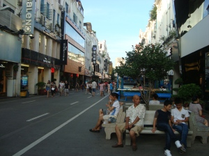 Disediakan tempat duduk sepanjang jalan yang khusus untuk jalan kaki ini