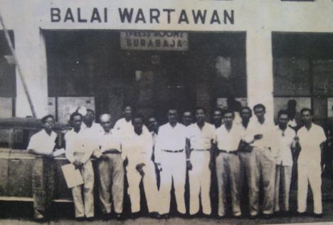 Para wartawan berdiri di depan Balai Wartawan PWI Surabaya tahun 1953